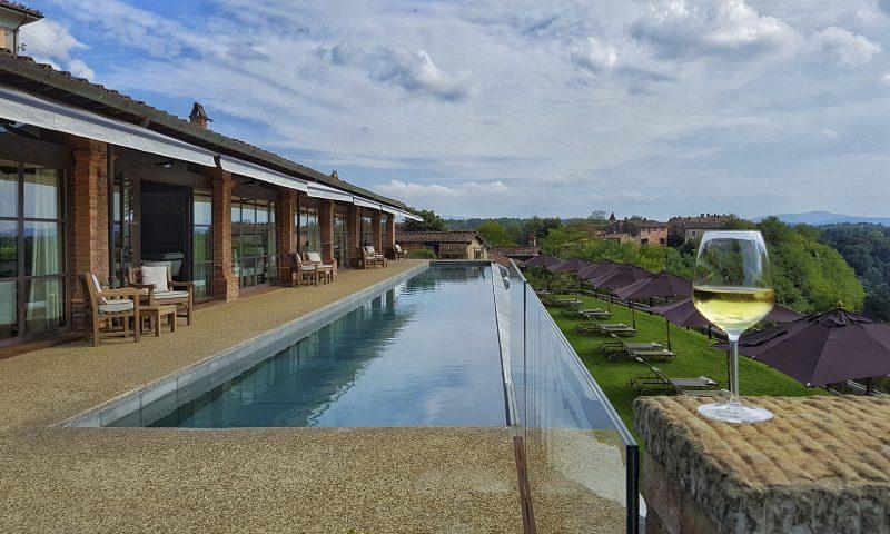 il borro è la tenuta della famiglia ferragamo, uno chateau relais di lusso con risposrante di lusso, borgo ed enotecavino botti