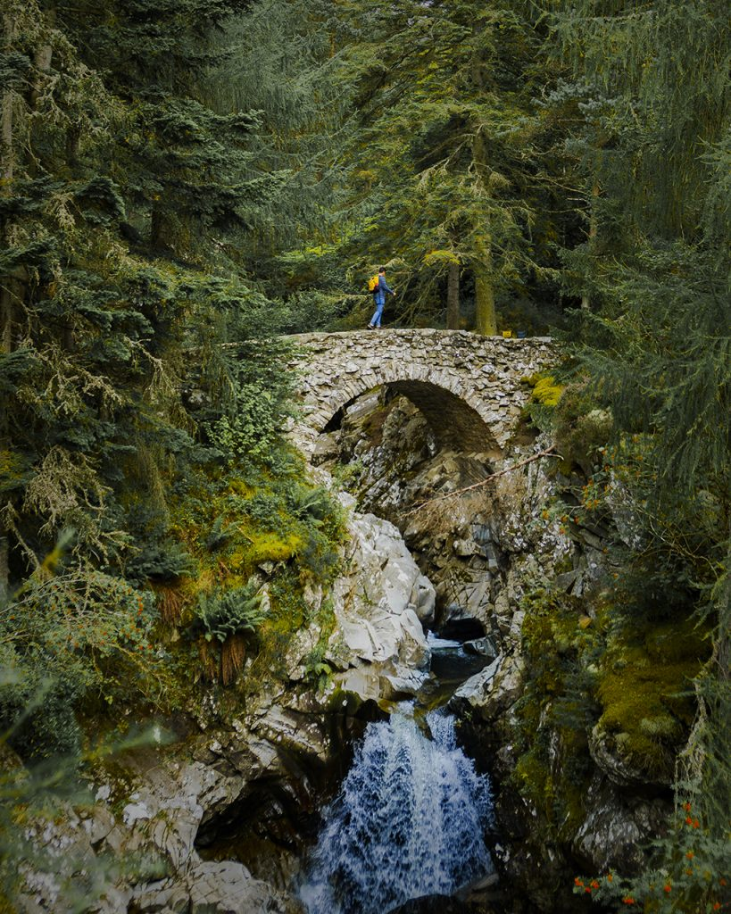 Riccardo verso la cascata di Bruar highlands