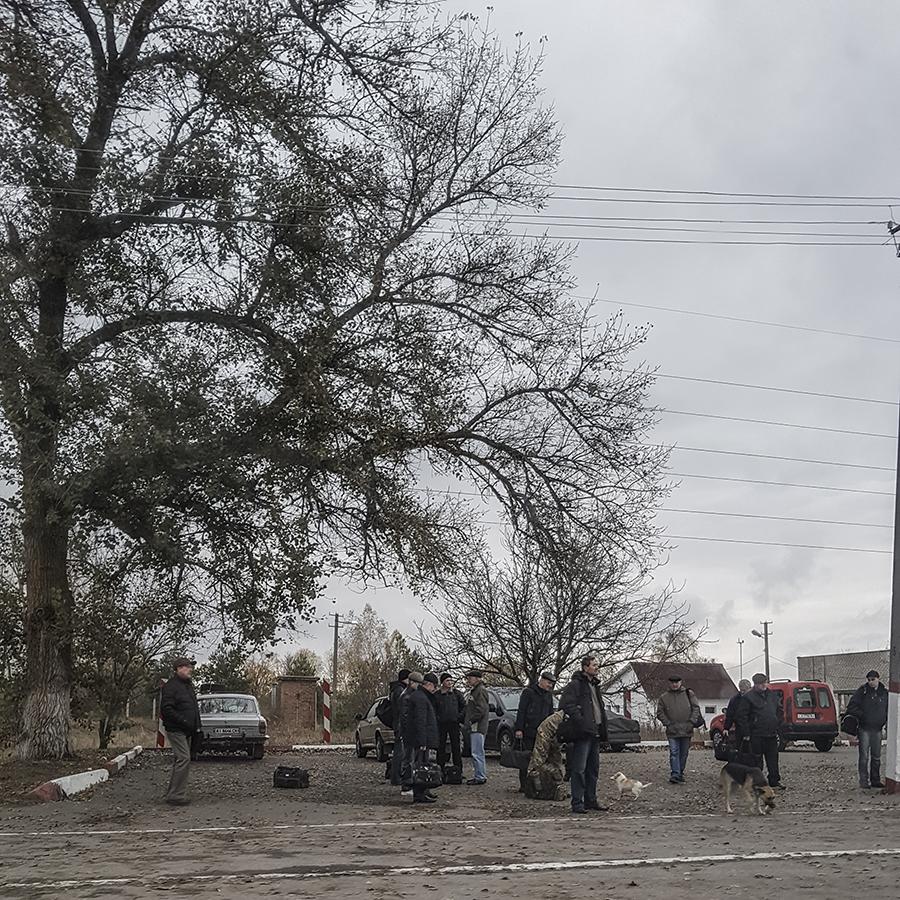 Chernobyl persone attendono autobus check point