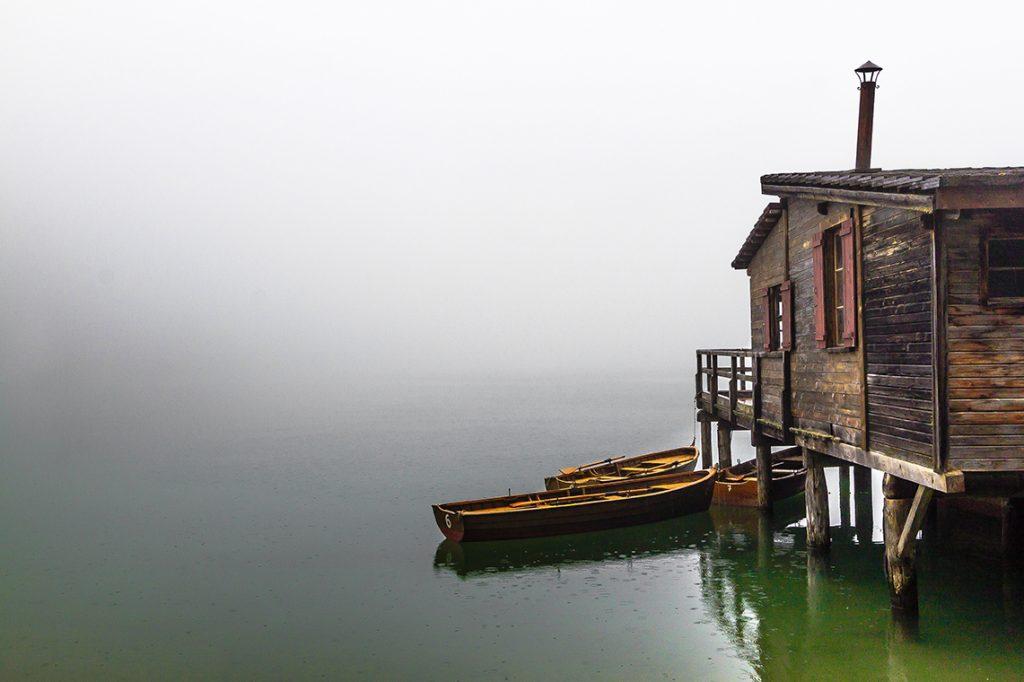 Lago di Braies sotto una leggera pioggia