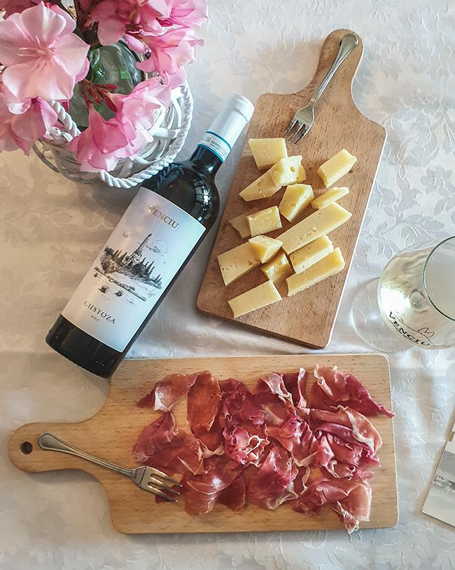 cantina venciu vino custoza doc con formaggio e prosciutto crudo