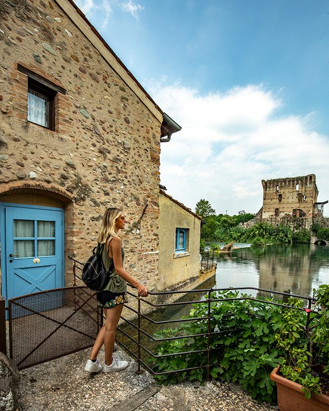 Il centro di Borghetto sul mincio è perfetto per i turisti, pieno di locali e negozi