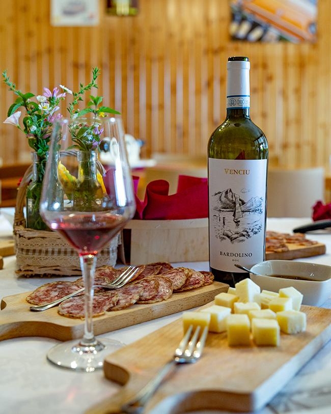 Cantina Venciù vino bardolino doc con salumi e formaggi